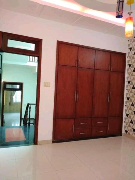 Cho thuê dài hạn nhà nguyên căn 285/...CMT8 P12 Q10. Giá : 31 triệu / tháng, 80m2, 6 phòng ngủ, 4 toilet